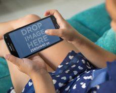 Smartphone đã thay thế những gì trong túi của một cô gái trẻ?